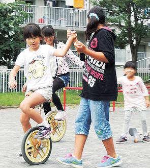 放課後の「居場所」で友だちと楽しく過ごす児童たち