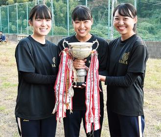 優勝トロフィーを持つ(左から)多賀さん、工藤さん、川上さん