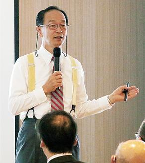 シンポジウムで講演する斎藤院長