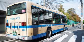 死亡事故が発生した停留所で乗降中のバス