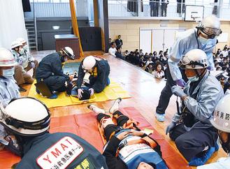 中学生が負傷者役となり、応急手当てを受ける訓練