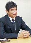 インタビューに応える横浜DeNAベイスターズの三原一晃球団代表