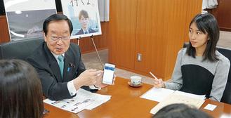 取材を受ける渡辺大臣(左)と仁科さん