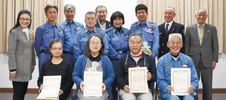 (前列左から)感謝状を受け取った高橋さん、岩男さん、小宮さん、平井分団長