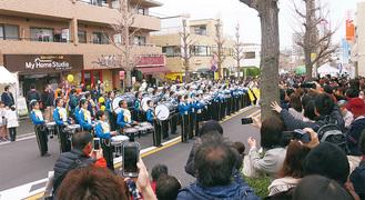 路上でパフォーマンスを披露する下野庭小マーチングバンド(写真は2016年)