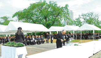 慰霊堂で行われた県戦没者追悼式(2016年5月1日)