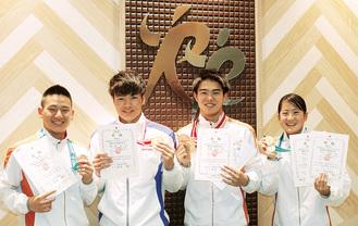 ジュニアオリンピックカップでメダルを獲得した(左から)荻野君、佐々木君、須田君、川口さん