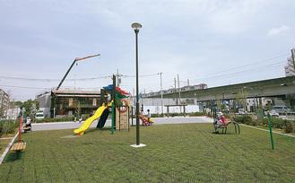 開園した最戸一丁目公園。園内からは高架を走る京浜急行の電車も見える