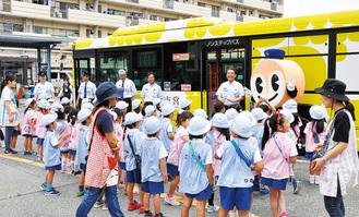 交通局のイメージキャラクター「はまりん」と登場に喜ぶ園児