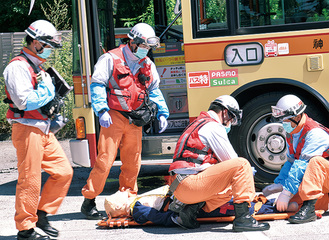 救護措置を行う消防隊員