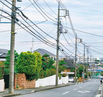 住宅街に立ち並ぶ電柱