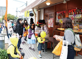 商店街が子どもたちでにぎわう(写真は2015年)