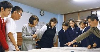 星崎区長(左から3人目)に模型を説明する田村さん(右端)