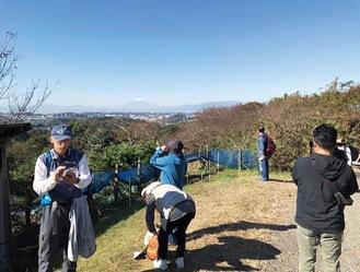 コース途中の円海山から富士山を望む参加者(商店会提供)