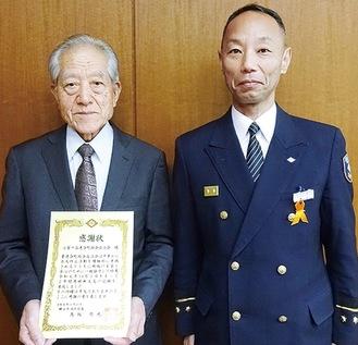 感謝状を受け取る田中健次会長(左)