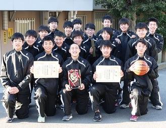 県大会で準優勝した港南中バスケ部男子のメンバー