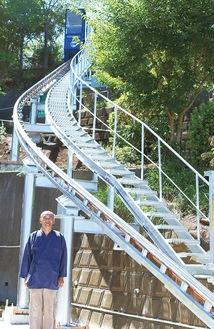 亀野住職と新設されたモノレール(頂上にあるのが車両)