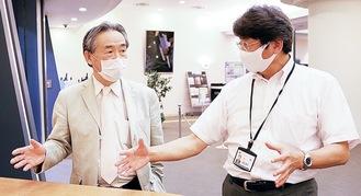 リリスの冨田館長(右)と公演の感染対策を打ち合わせる小林医師