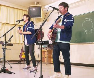 ゆずの北川悠仁さん(左)と岩沢厚治さん。思い出話を語りながら岡中ジャージ(通称:岡ジャー)をアレンジした衣装で歌った撮影:太田好治