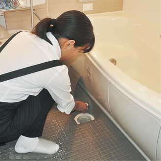 排水溝を清掃するスタッフ