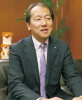 インタビューに応じる冨士田区長(撮影時のみマスクを外しました)