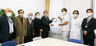横浜本郷RCのメンバーと横浜栄共済病院の幹部ら