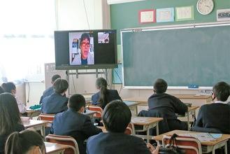 各教室のモニターに真美さんとの質疑も映し出された