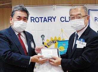 クオカードを手にする平山会長(左)と池袋会長