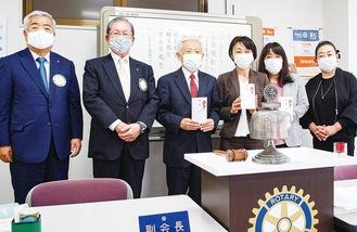 左から横浜本郷RCの二宮副会長、古本会長と各団体の担当者ら