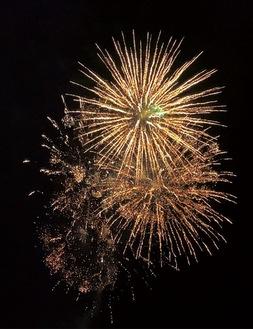 寺尾広場から打ち上げられた花火=日野第一連合町内会提供