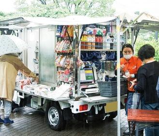 冷凍食品やお弁当なども積み込んだ移動販売車