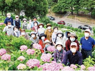 紫陽花の会メンバーら=6月2日撮影