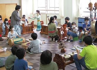 さまざまな民族楽器を体験する児童たち