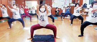 健康体操「自彊術」に取り組む参加者(中永谷町内会館)