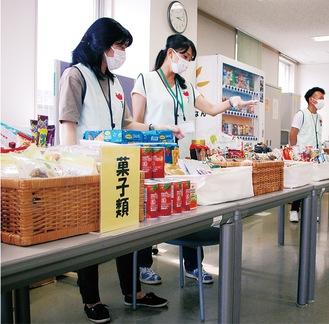 食料品などの確認をするフードバンク横浜担当者