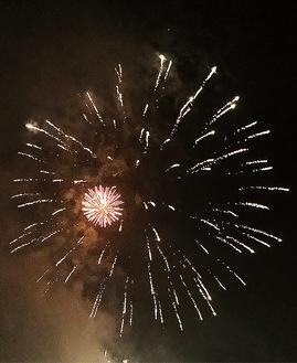 「本郷台」上空に打ちあがった花火=9月4日撮影