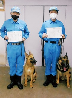 県警本部鑑識課の課員とグロリア号(左)ティモン号