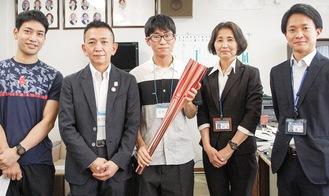 左から田中教諭、原所長、戸塚さん、村山校長、圓谷教諭=9月15日撮影