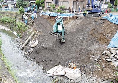 増水の影響で道路崩落