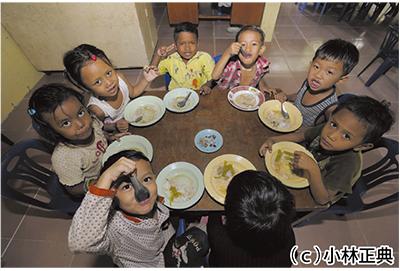 CYRによって給食が支給された子ども達 CYRによって給食が支給された子ども達 リサイクル品やフ
