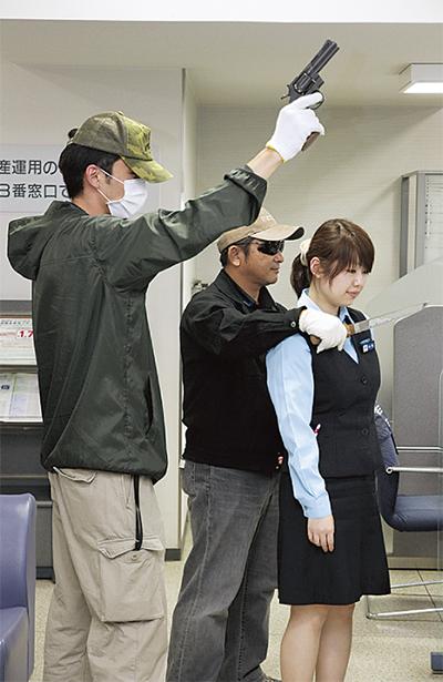犯人役として、迫力ある演技を見せた署員 犯人役として、迫力ある演技を見せた署員 横浜銀行港南台支