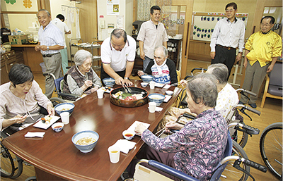 高齢者をお寿司で慰問