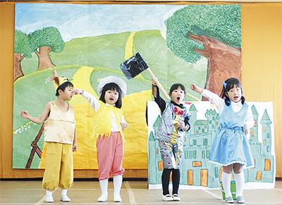 園児が歌や劇を披露