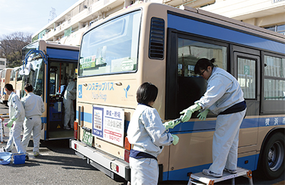 働く力 バス清掃で磨く