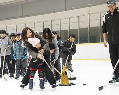 氷上でスポーツ楽しむ