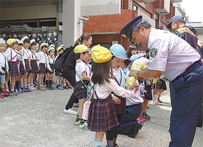 消防職員に園児が花束