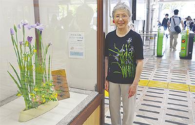 駅に花を生け続けて40年