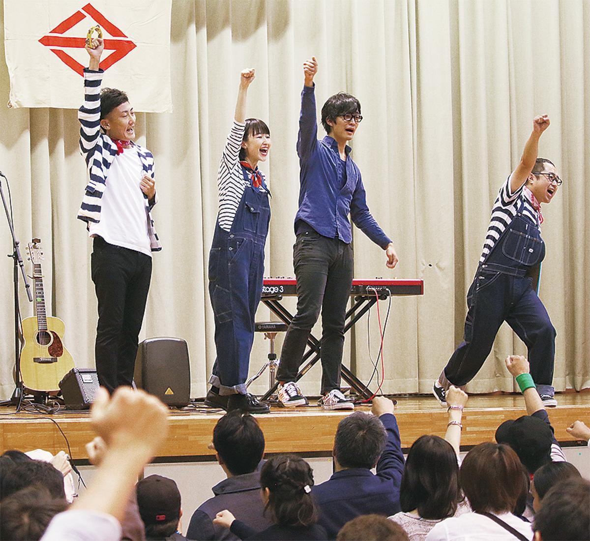 歌と笑いのステージ盛況