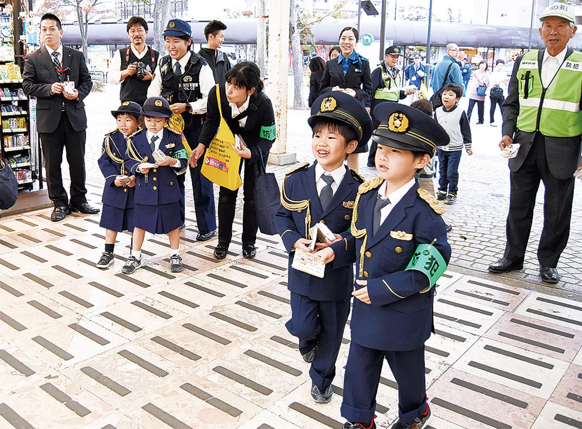 子ども警察官駅で啓発運動