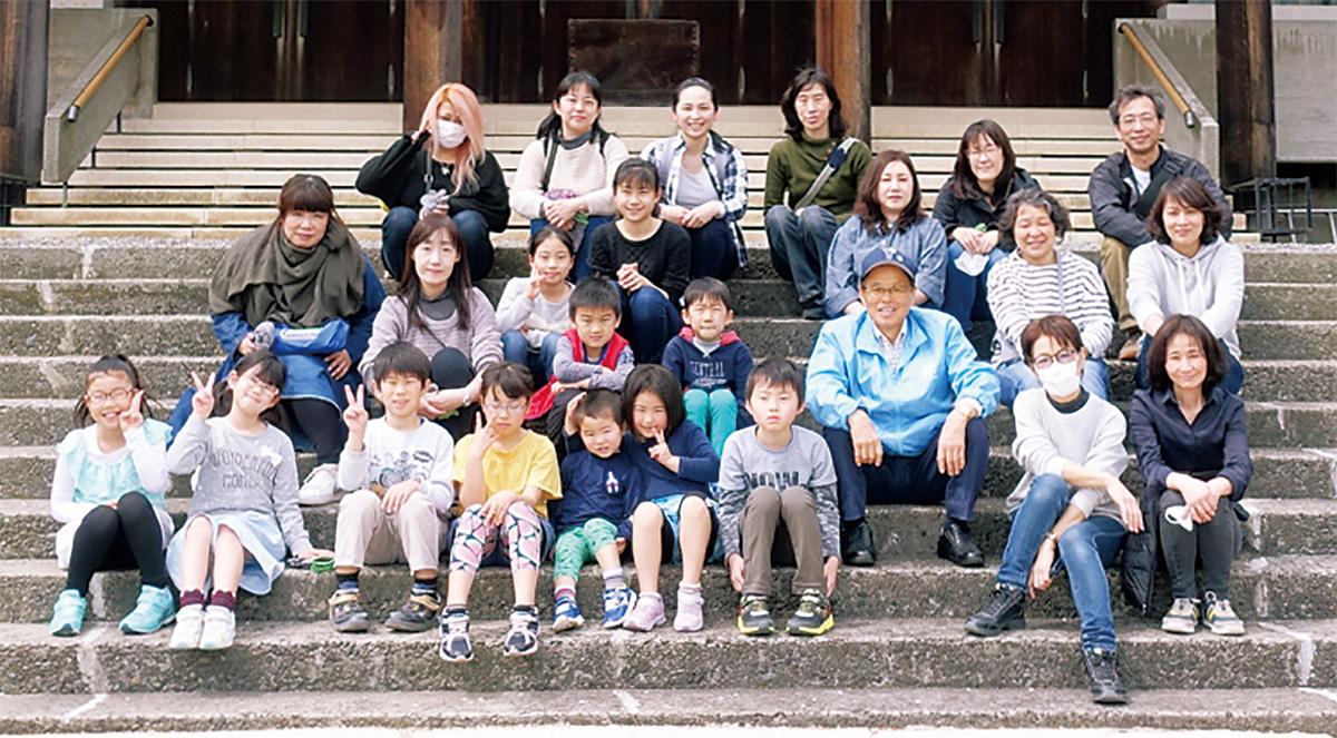 子どもたちが慰霊堂を清掃